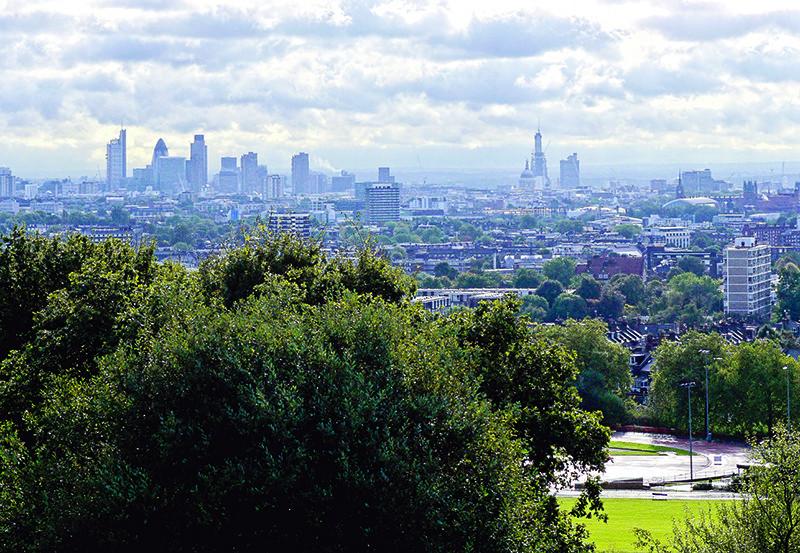 Uitzicht op Londen vanaf een heuvel in het park Hampstead Heath, waar Dominic Van Allen in een ondergrondse bunker woonde. © Unsplash