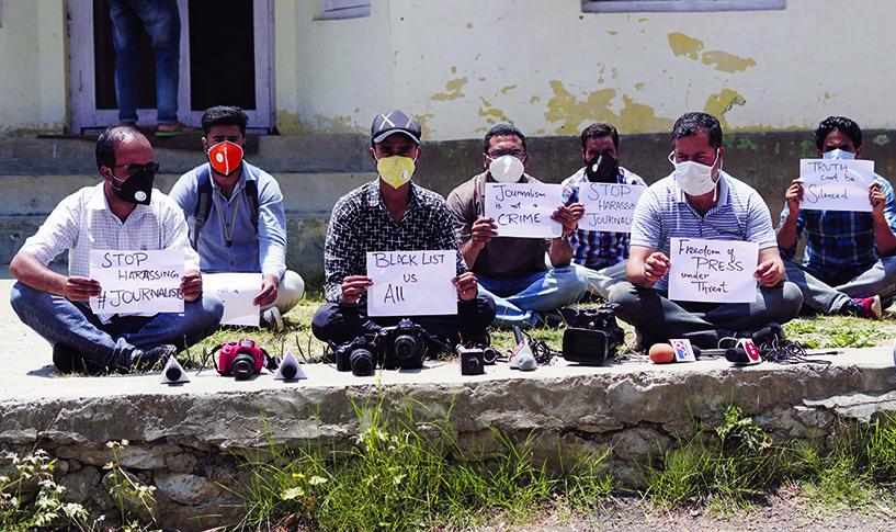 Kasjmierse journalisten protesteren in Kunzer, een stad in de Indiase deelstaat Jammu en Kasjmir, tegen de censuur die hun wordt opgelegd. – © Sajad Hameed / Pacific Press / Shutterstock