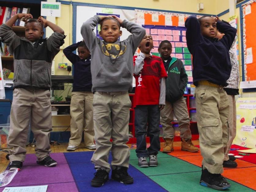Jongens op een Amerikaanse school met seksegedifferentieerd onderwijs hebben een time-out, zodat ze even wat energie kwijt kunnen. © Getty