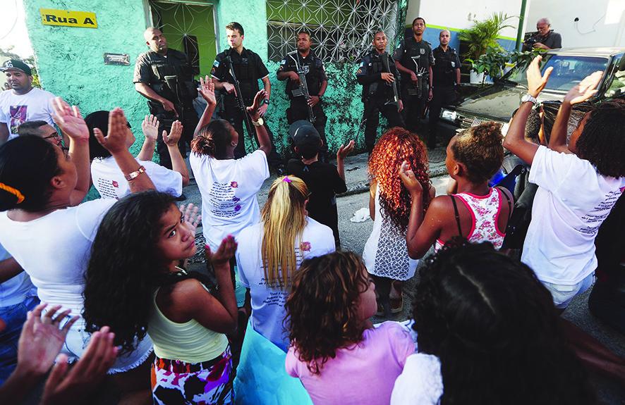 Protest na de begrafenis van Vanessa dos Santos, het tienjarige meisje dat werd neergeschoten in de deuropening van haar huis tijdens een schietpartij tussen de politie en bendeleden in in een van Rio de Janeiro's favela's. – © Mario Tama / Getty