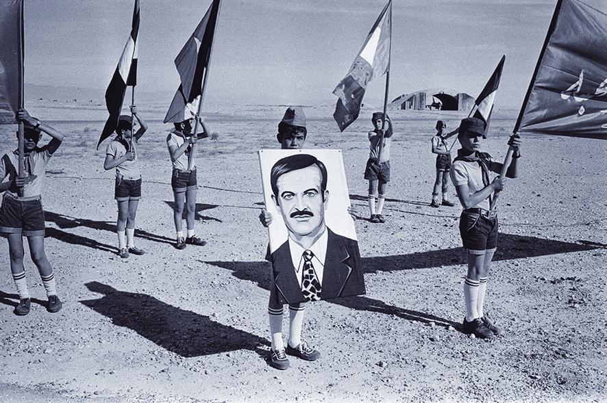 Als kind draagt Hafez al-Assad het portret van zijn vader. – © James Andanson / Getty