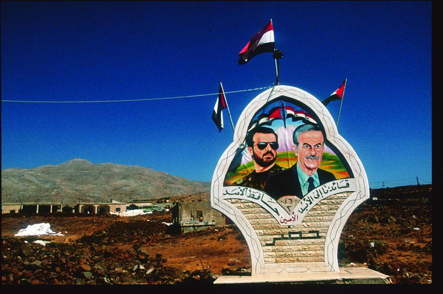 Afbeeldingen van president Hafez al-Assad en zijn zoon bij een VN-controlepost op de Golanhoogvlakte, sinds de Zesdaagse Oorlog van 1967 door Israël tot bezet gebied verklaard. – © Scott Peterson / Liaison / Getty