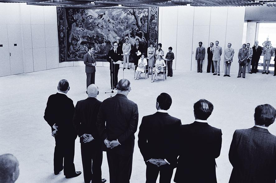 Reis van Hafez al-Assad naar Frankrijk in 1976 waar hij wordt verwelkomt door de Franse president Valéry Giscard d'Estaing in aanwezigheid van de echtgenoten van beide mannen. - © Alain Mingam / Getty