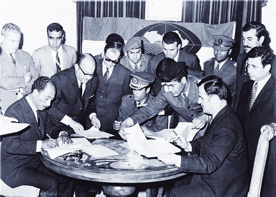 Anwar Sadat (links), Muammar Khadaffi (midden), en Hafez al-Assad (rechts), de leiders van respectievelijk Egypte, Libië, en Syrië, zetten hun handtekening onder de oprichting van een gezamenlijke federatie in 1971. - © Bettmann / Getty