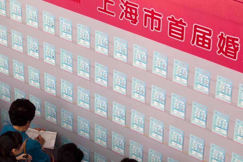Zoeken naar de ware op de 'First Shanghai Marriage en Love Expo' in Shanghai, die bezocht werd door 11,000 single mannen en vrouwen en 4,000 ouders. – © Getty Images