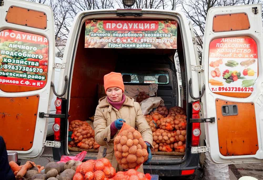 Een groentenverkoopster op een markt in Kaliningrad. – © Igor Zarembo / Getty Images