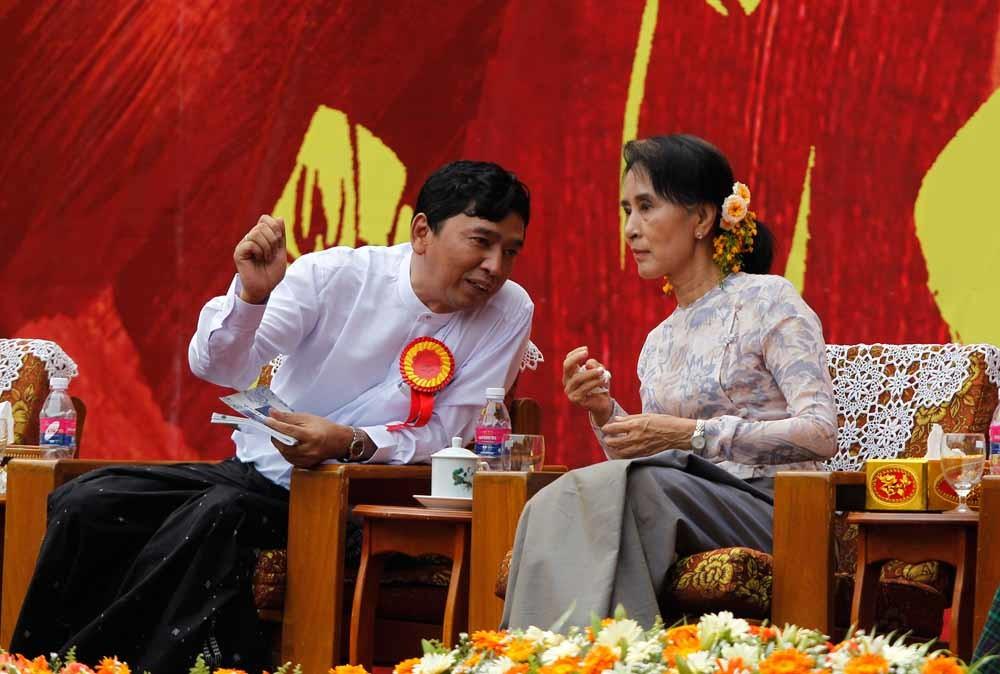 'Moeder' Aung San Suu Kyi (r) in gesprek met dichter/activist Min Ko Naing. © Soe Zeya Tun / Reuters