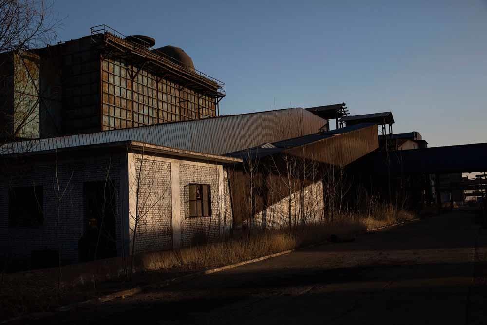 Een staalfabriek in Qingquan die in 2014 zijn deuren sloot. – © Kevin Frayer / Getty Images