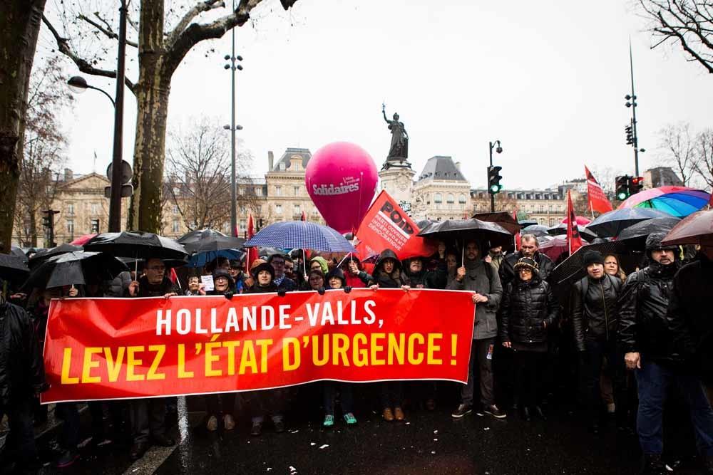 Demonstranten in Parijs protesteren tegen de noodtoestand. – © Geoffroy Van der Hasselt / Getty