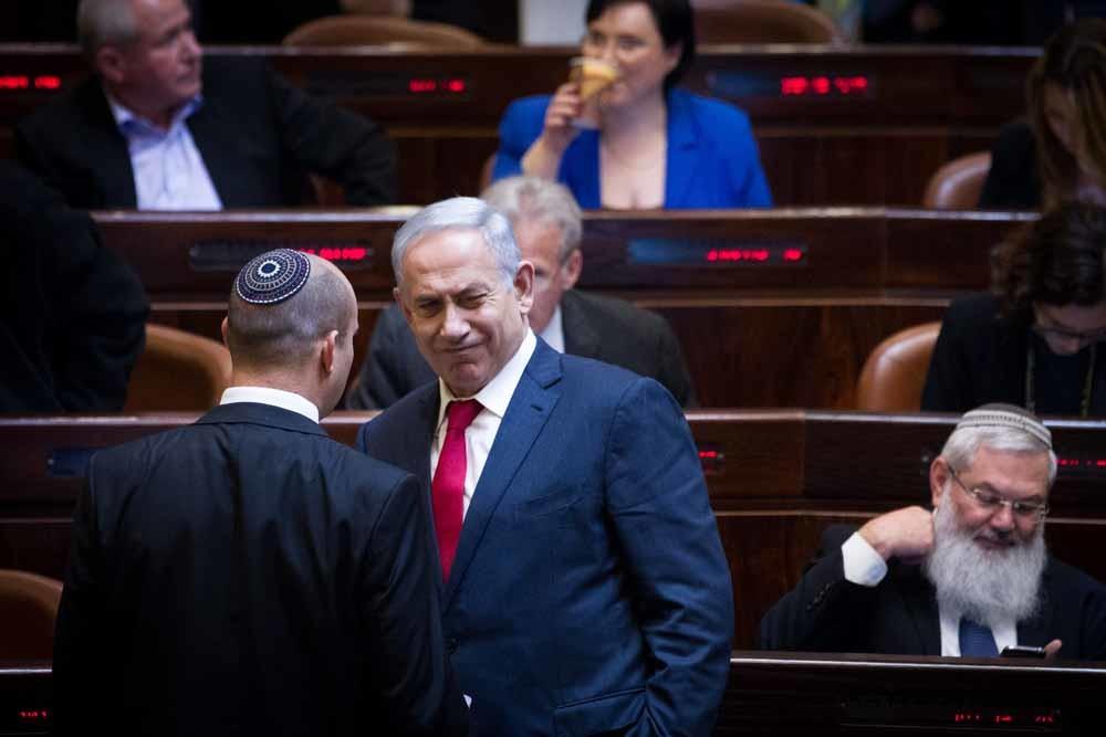 Benjamin Netanyahu en Naftali Bennett in de Knesset.  – © Miriam Alster / Flash90