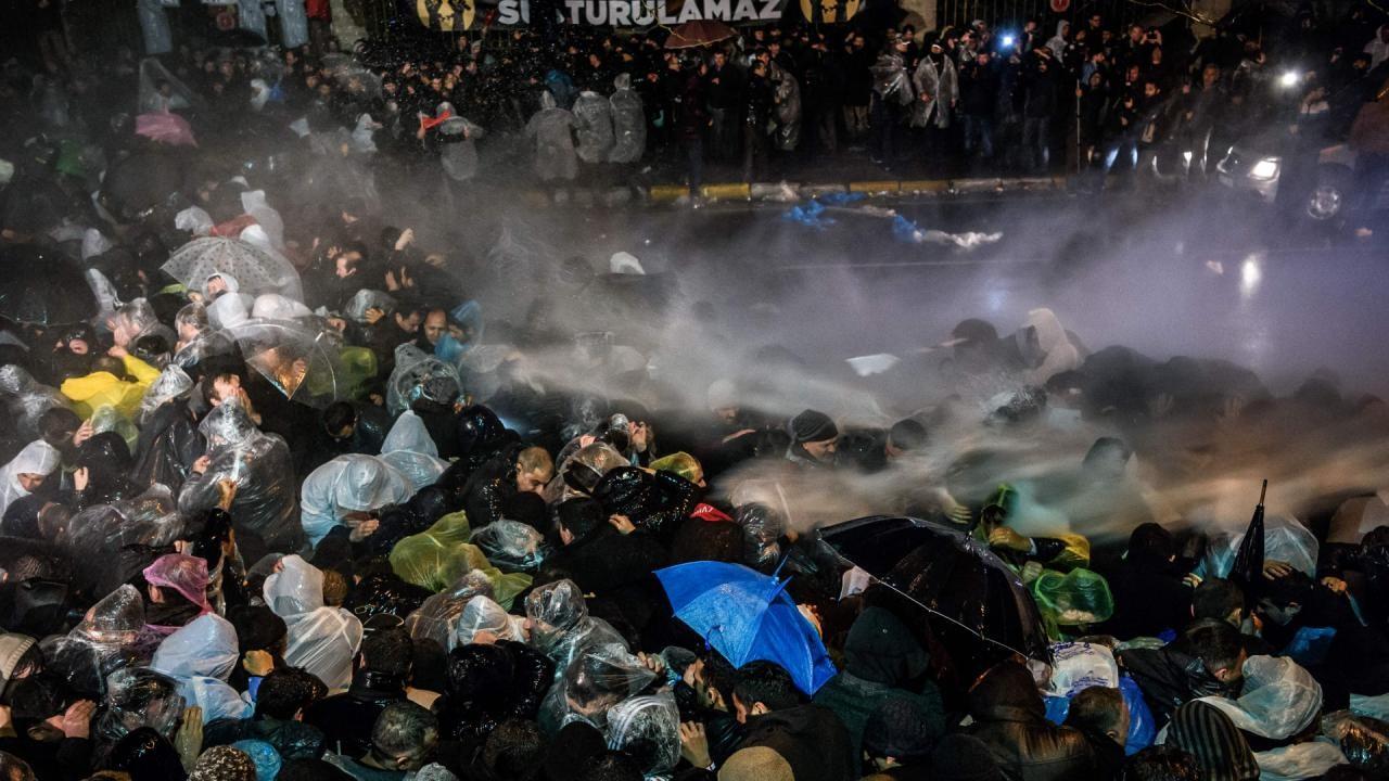 Bij de overname van de krant braken rellen uit. De politie gebruikte traangas.
