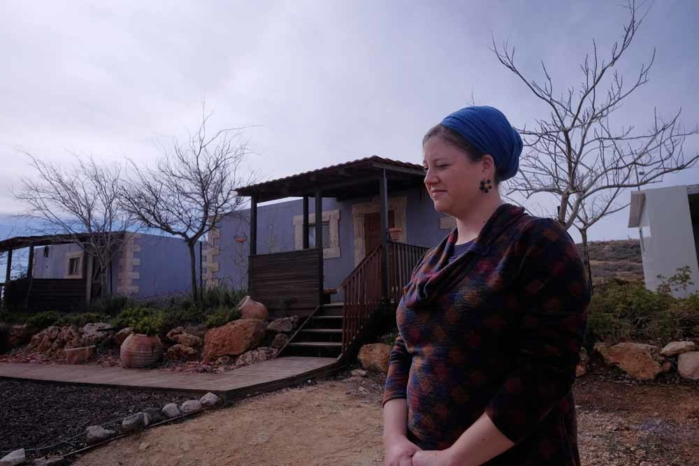 De Joodse koloniste Maanit Rabinovitz bij haar gastenverblijven op de Westelijke Jordaanoever. De Palestijnse Autoriteit heeft Airbnb gevraagd om dit soort appartementen te weren, omdat ze de Israëlische nederzettingenpolitiek in stand zouden houden.  ©