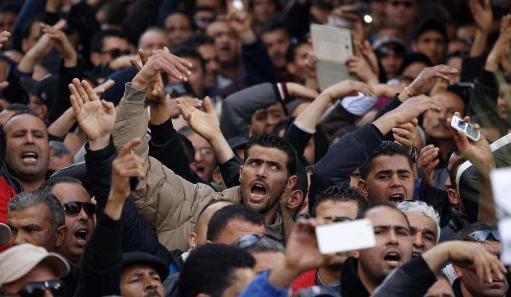 Tunesische politieagenten protesteren bij het huis van de premier in Tunis. Ze eisen meer geld en betere werkomstandigheden nu ze geregeld worden aangevallen door islamistische militanten. – © Zoubeir Souissi / Reuters
