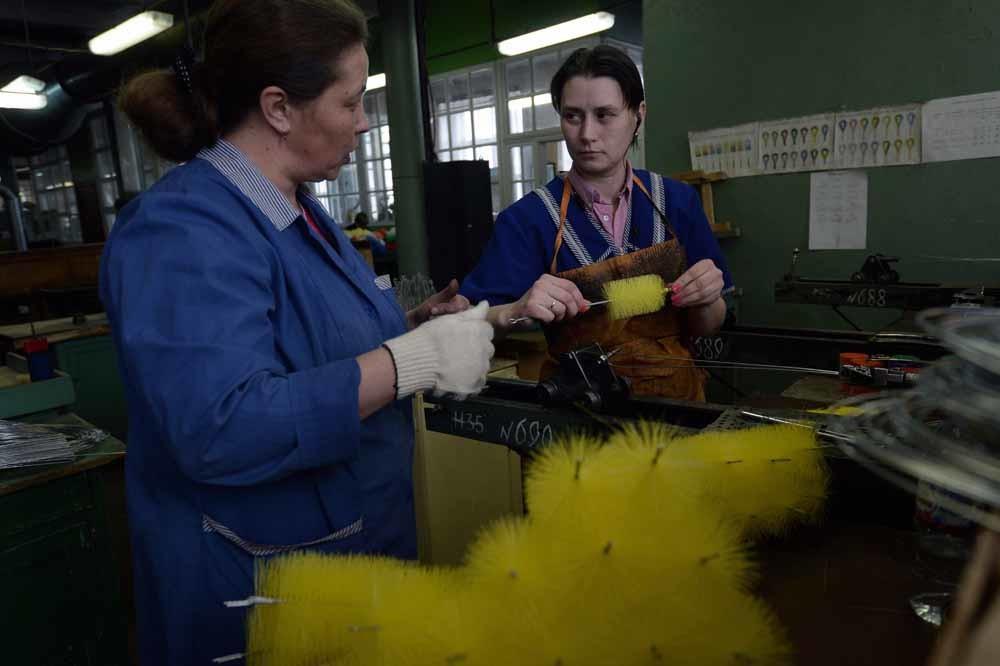 Werkneemsters van een Russische borstelfabriek. De overheid blijkt niet in staat de economische problemen op te lossen. – © Sergey Maximishin / HH