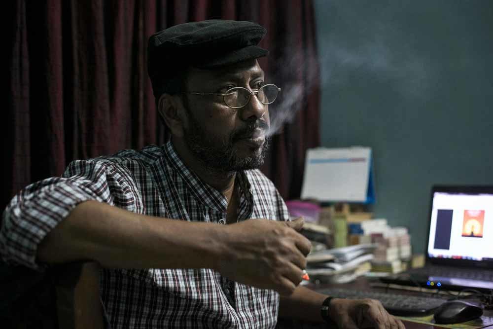 Blogger en schrijver Ranadipan Basu overleefde vorig jaar een aanslag met negen messteken, op dezelfde dag dat uitgever Faisal Are n Deepan werd vermoord. Sindsdien vreest hij voor zijn leven. – © Allison Joyce / Getty Images