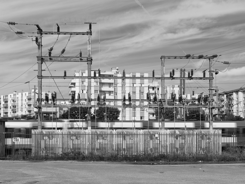 Binnen de banlieues liggen de cités, enorme betonnen woningbouwprojecten die in de decennia na de oorlog zijn gebouwd in de brutalistische stijl van Le Corbusier. Ooit waren ze bedoeld als modelsteden voor werkende mensen, nu heersen er armoede en social