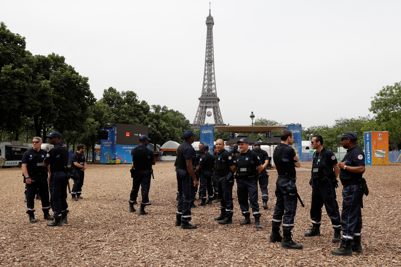 Een 'fanzone' op Champ de Mars, vlak bij de Eiffeltoren, wordt streng bewaakt. – © Reuters / Gonzalo Fuentes