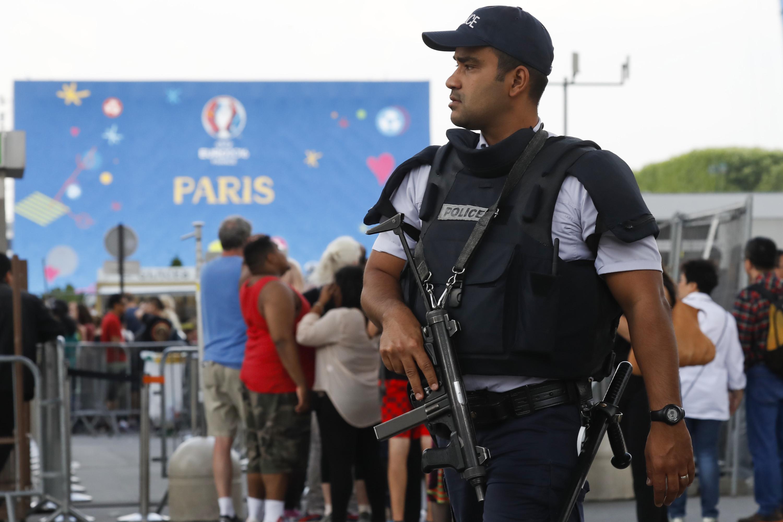 7 juni 2016, patrouille voor het EK. – © Reuters / Gonzalo Fuentes