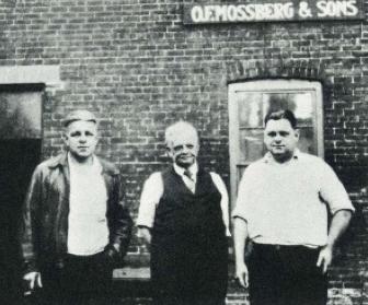 Oscar Mossberg en zijn zonen Harold & Iver.