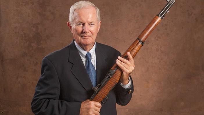Allan Cors, hoofd NRA, is in het bezit van het miljoenste Springfield Armory M1-geweer, uit 1953.