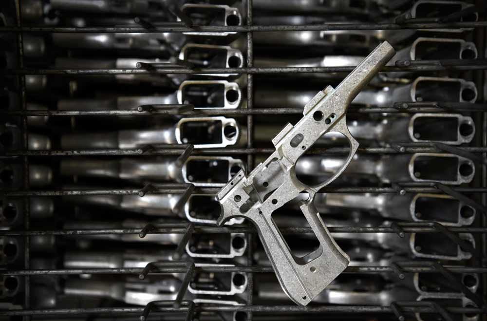 Een Baretta M9 in de maak in een fabriek in Accokeek, Maryland – © Linda Davidson / The Washington Post via Getty Images