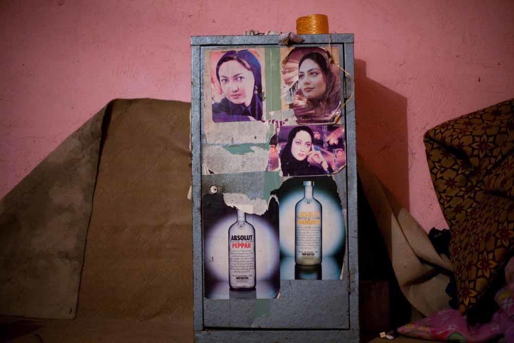 Veel drank wordt door Iraakse Koerden naar Iran gesmokkeld. De foto toont een smokkelaarschuilplaats in de grensstad Bashmakh. – © Sebastian Meyer / HH
