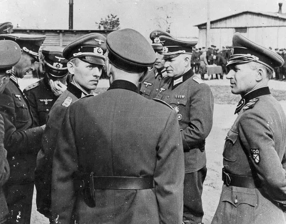 Reinhard Gehlen in gesprek met een Russische officier, in 1943/1944. – © Getty