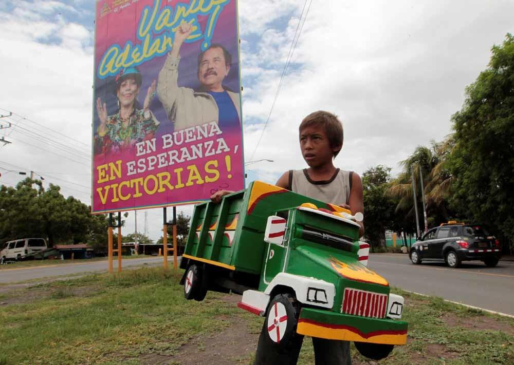 Daniel Ortega en zijn 'running vrouw' Rosario Murillo op een verkiezingsposter in Tipitapa, Nicaragua. – © Oswaldo Rivas / Reuters