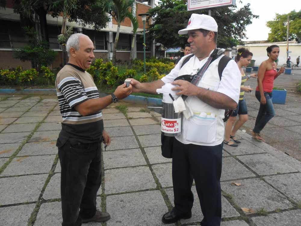 Luís met een klant in Pinar del Río.