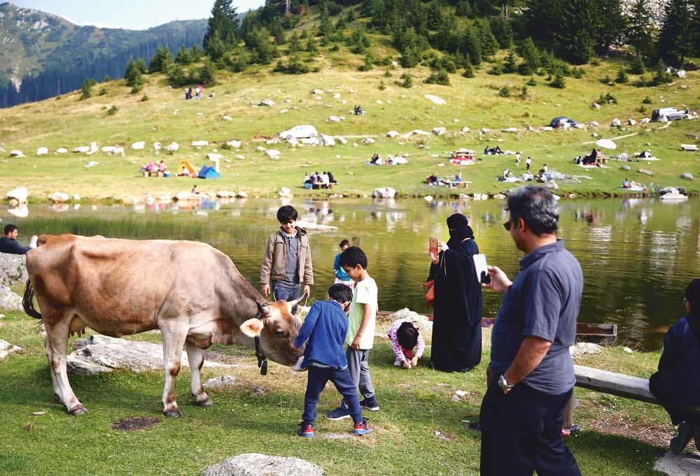 Toeristen uit het Midden-Oosten vermaken zich bij het Prokosko-meer in Bosnië en Herzegovina. © Dado Ruvic / Reuters