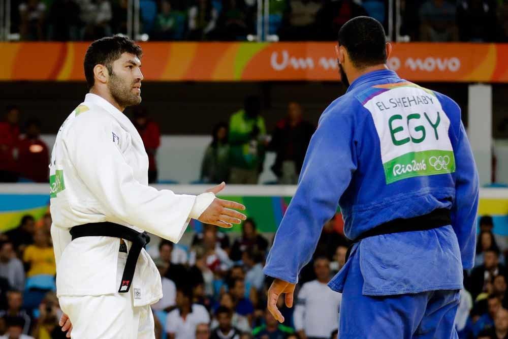 Islam El Shehaby negeert de uitgestoken hand van Or Sasson. – © HH