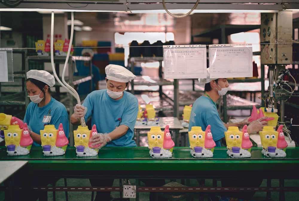Lang maakten de Chineze spullen voor het Westen, zoals in deze speelgoedfabriek. Maar steeds vaker halen ze zélf hun producten uit het buitenland. – © Michael Wolf / laif