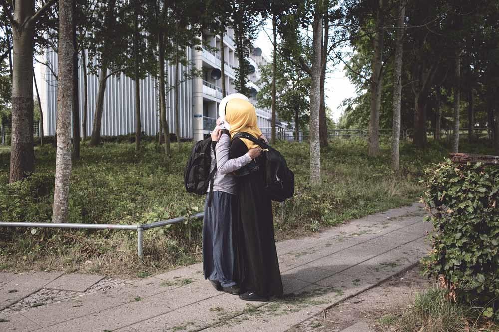 Twee moslimmeisjes in de achterstandswijk Gellerup in Aarhus. – © Laerke Posselt / Agence VU