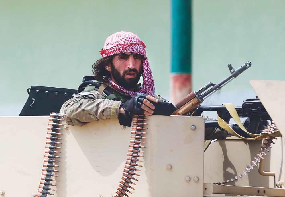 Een Afghaanse soldaat houdt de wacht bij het vliegveld van Kunduz, dat vorig jaar werd belegerd door de taliban. – © Omar Sobhani / Reuters
