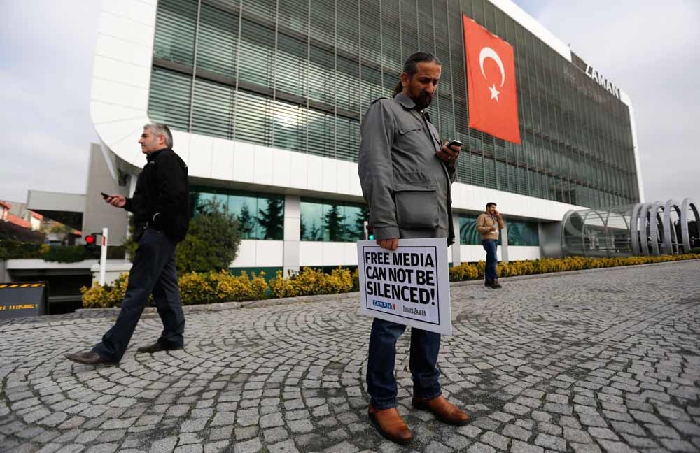 Een journalist van de Turkse Zaman Media Group protesteert bij het hoofdkantoor van het bedrijf in Istanbul. – © Murad Sezer / Reuters