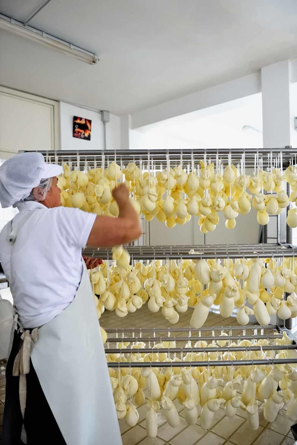 Een mozzarellafabriek in de provincie Isernia.  – © Franco Cogoli / HH