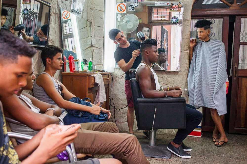 'Jongeren van nu' in een kapperszaak in Havana. – © HH
