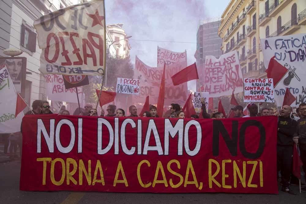 Demonstranten in Napels zijn het niet eens met de voorgestelde hervormingen van Renzi. – © HH